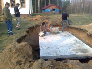 Montaż zbiornika betonnowego na szambo