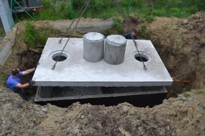 Szamba betonowe z pokrywą i żeliwnymi kominkami