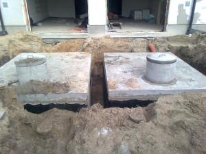 zbiorniki betonowe na szamba podczas montażu