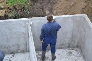 szamba betonowe pleszew podczas montażu