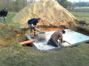 szamba betonowe września podczas montażu